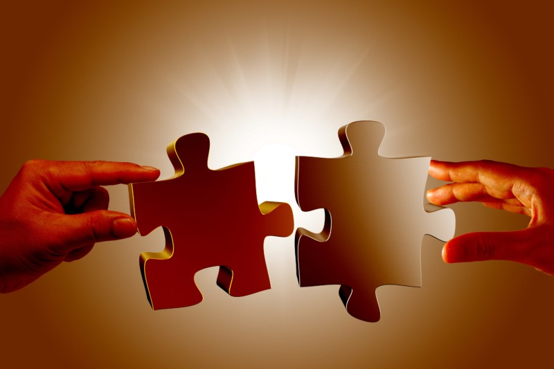 two-people-holding-puzzle-pieces-min